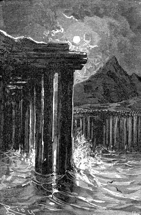 El fiordo de Stapi encajado en una muralla basáltica.